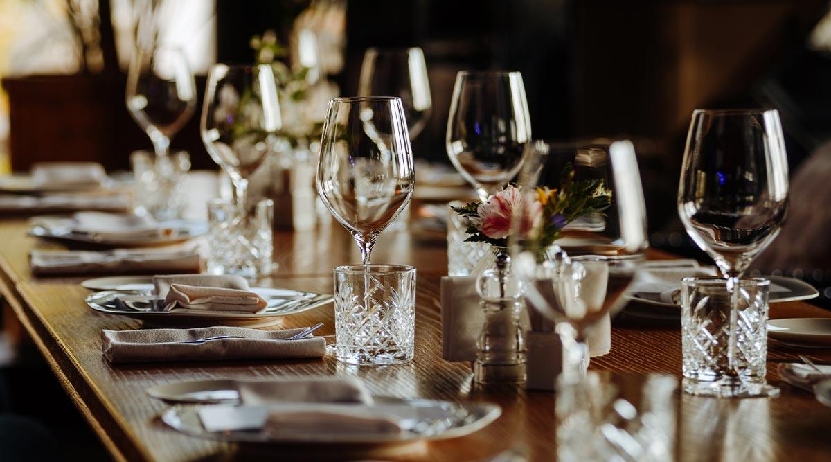 Mesa de restaurante con cubiertos y copas. Seguro para tiendas comercial