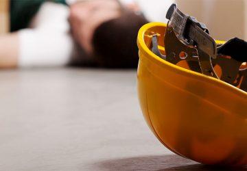 Seguro de incapacidad laboral temportal, casco amarillo en el suelo
