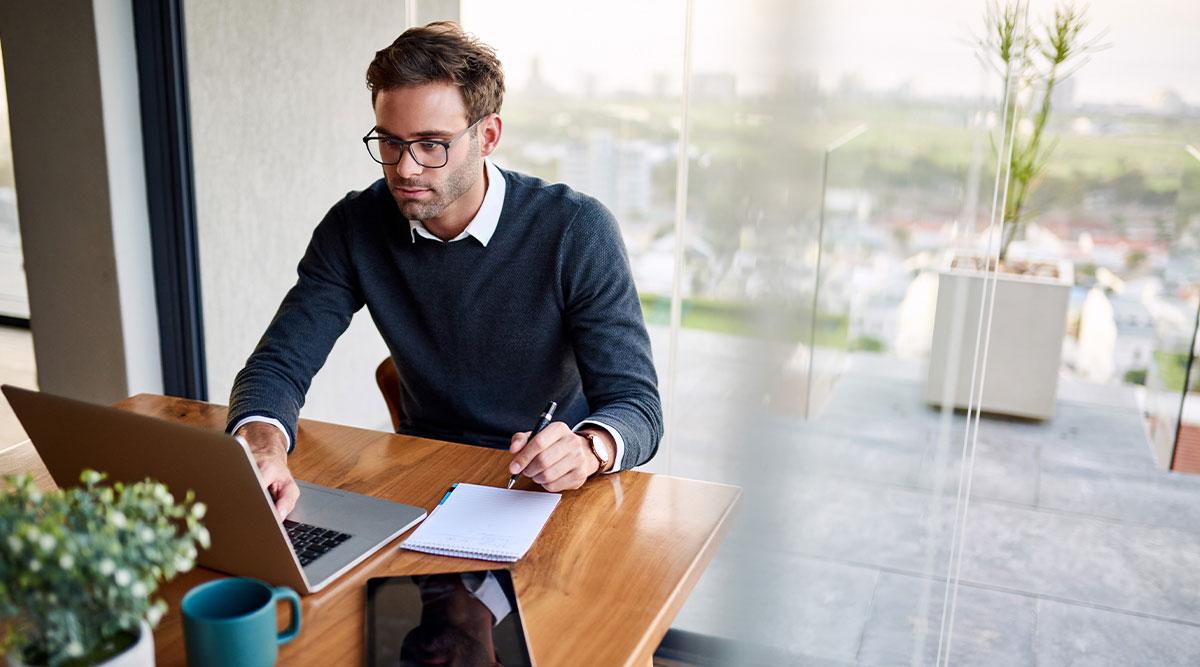 empresario buscando seguros obligatorios para su empresa