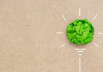 bola de papel verde pintada como si fuese una bombilla
