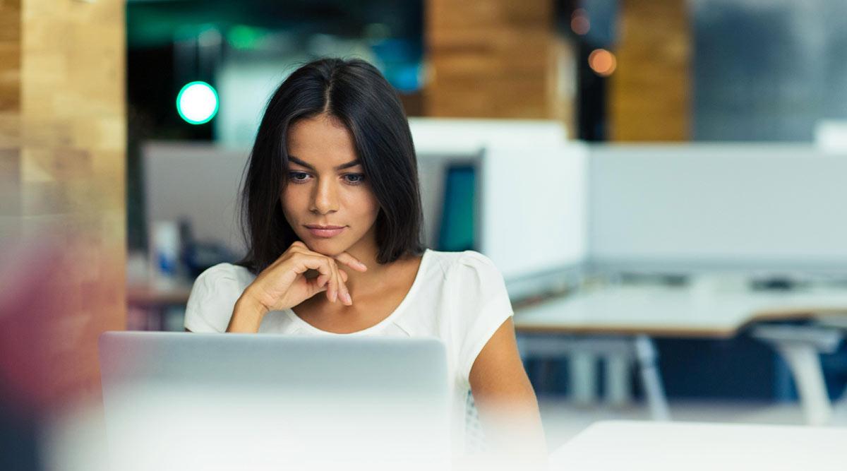 Mujer trabajando en una sociedad limitada