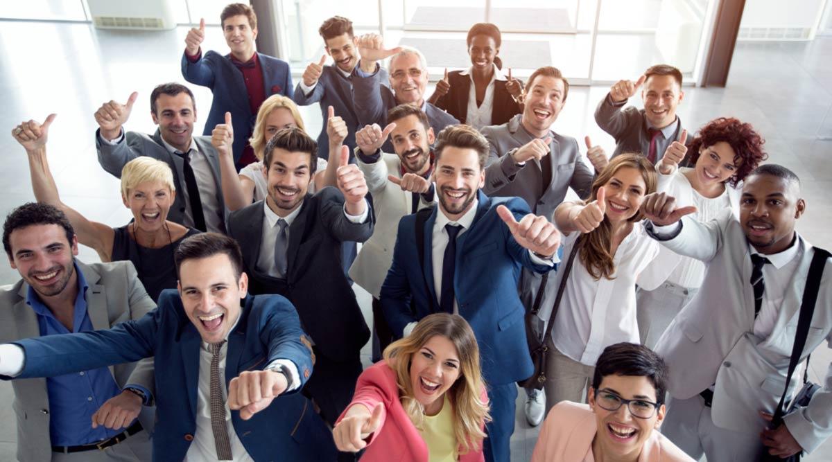 Empleados de una empresa sonriendo y festejando