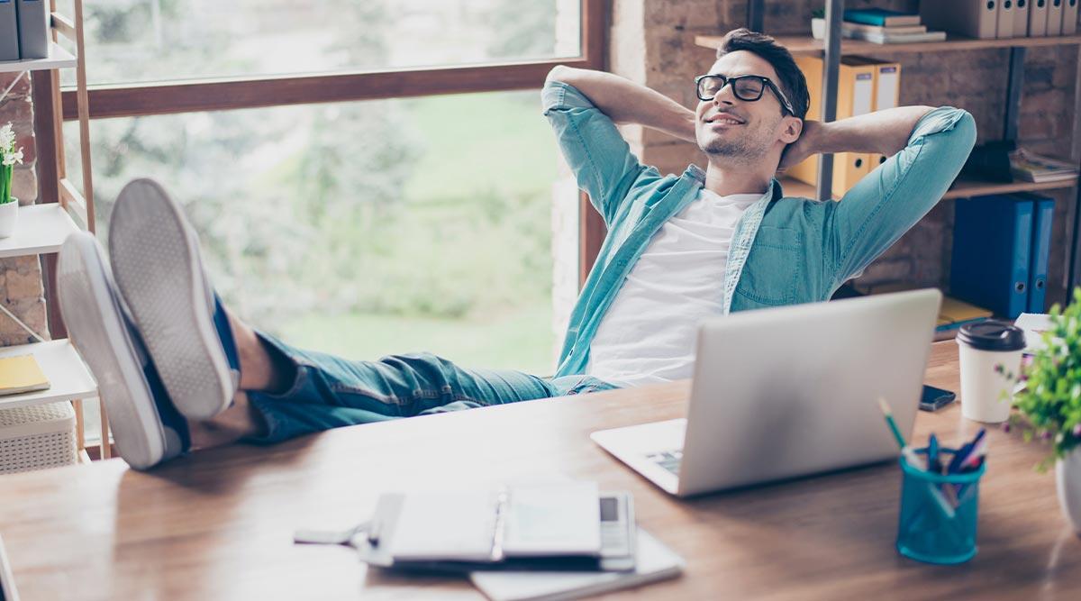Autónomo tranquilo en su oficina porque está protegido por su seguro multirriesgo